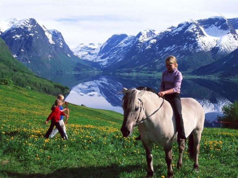 Riding to Flo - © O.J Tveit / Reisemål Stryn & Nordfjord AS